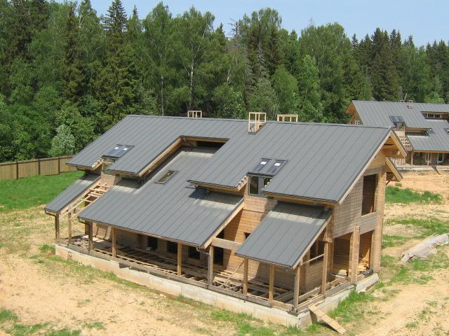 Крыша дома - самая середина стройки.