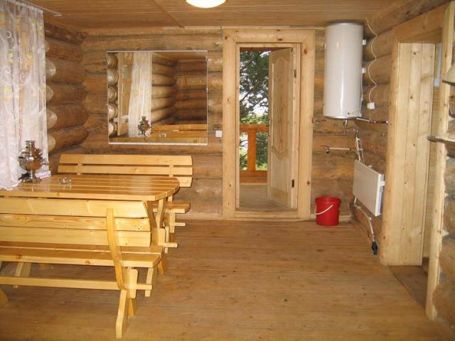Светлая и располагающая к отдыху атмосфера - это комната отдыха в бане