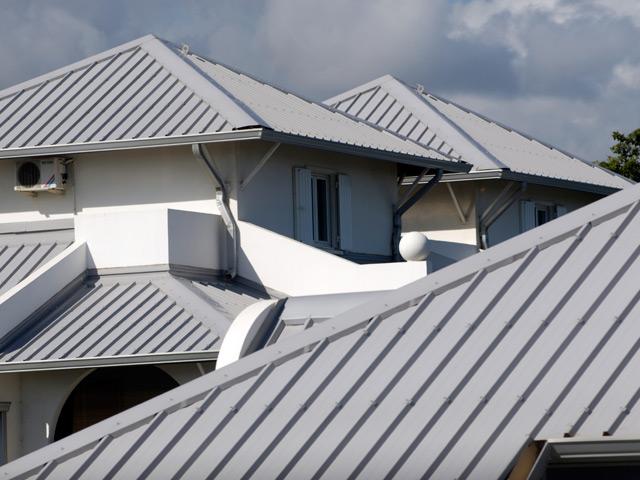 Профнастил с полимерным покрытием отлично смотрится на крыше.