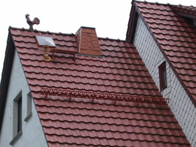 Кровля из металлочерепицы - оптимальный вариант для многих типов домов.