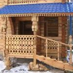 Крытое деревянное крыльцо.