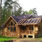 Крыльцо деревянного дома с перилами.