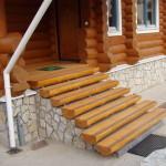Крыльцо с деревянными ступенями без перил.