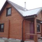 Крыльцо бревенчатого дома.