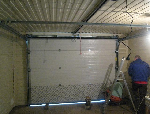 Одни небольшие ворота в гараже - на каждую стоящую там машину.