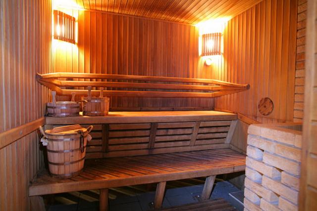 Изнутри баню из пеноблоков обшиваем как обычную бревенчатую - липовой дощечкой.