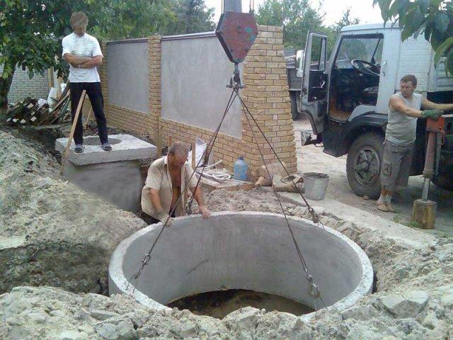 Самый простой вариант обустроить слив из септика - это установить колодец из бетонных колец без дна.