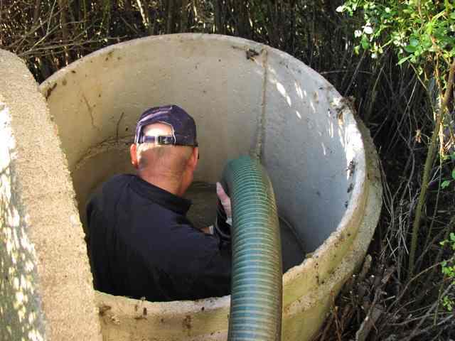 Чтобы не откачивать часто ил из септика, важно правильно настроить слив очищенной воды из него.