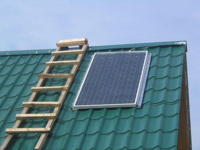 Самый простой вариант - монтировать солнечную батарею на крыше в 40 градусов.