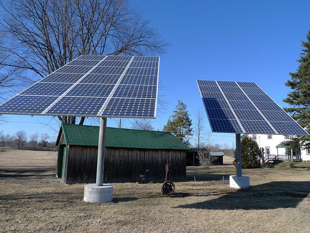 Можно вот так устанавливать солнечные батареи на высокой штанге над землей.