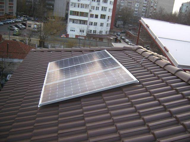 На этом фото солнечный коллектор установлен верно, а батареи - нет.