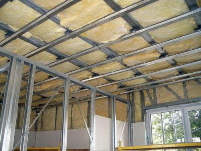 Прежде чем утеплить потолок базальтовой ватой, стоит подумать о том, как вы будете ее изолировать от жилых помещений.
