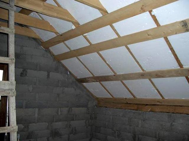 Не стоит утеплять потолок по деревянным лагам пенопластом - он горюч и ядовит.