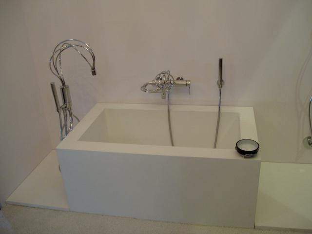 Давление от наполненной ванны на пол очень значительное.