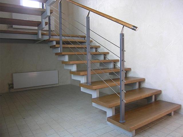 Конструктив лестницы на 2 этаж можно делать из уголка, а можно варить из профильной трубы.