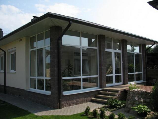 Остекление веранды пластиковыми окнами более всего подходит для пристроенных утепленных отапливаемых помещений.