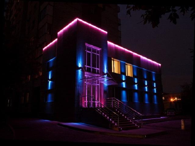 Грамотно освещенный фасад ночью смотрится лучше, чем днем.