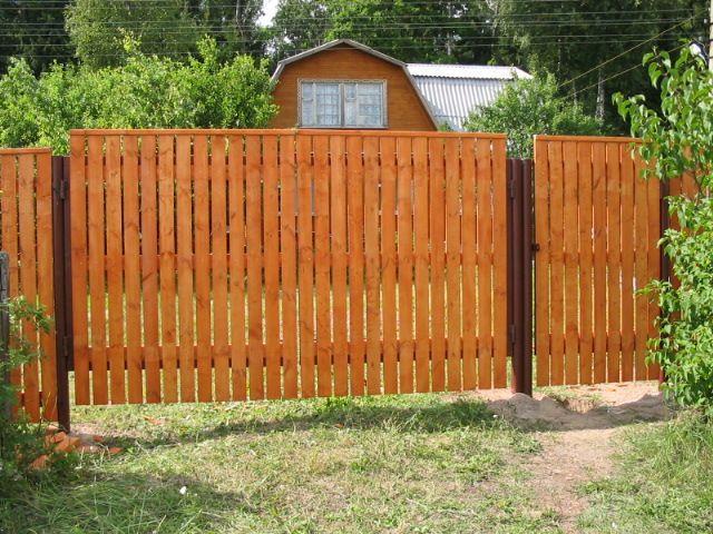 Вот так простые ворота к деревянному забору будут смотреться снаружи.
