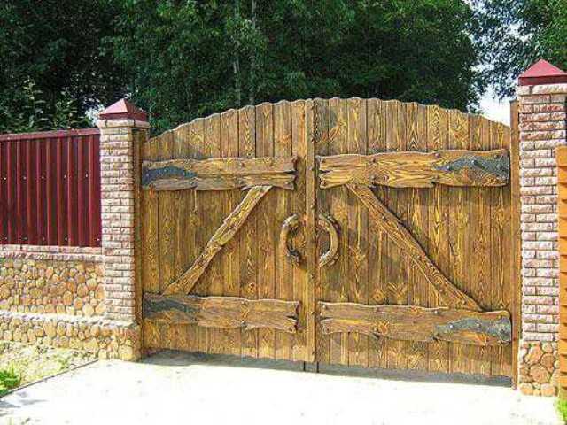 Вот такие ворота для деревянного забора 1
