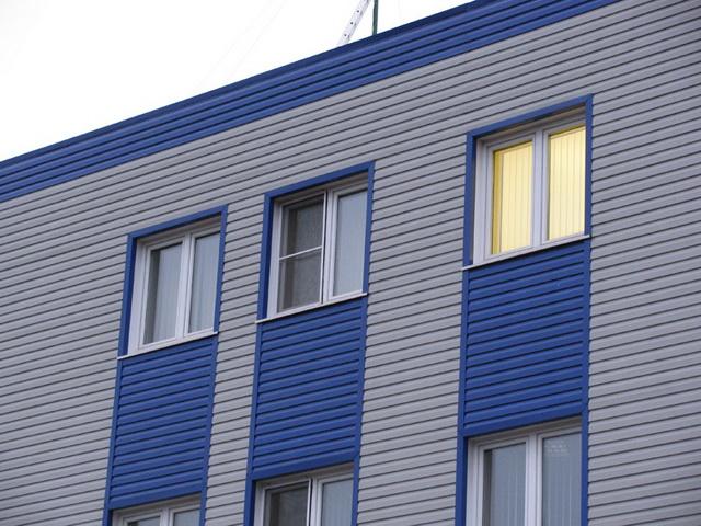 Таким фасадным материалом только конторские здания обшивать.