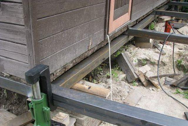Ремонт фундамента деревянного дома - поднимаем дом домкратами
