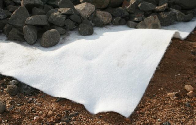 Геотекстиль под планировку фундамена использовал самый простой, двухсотой плотности.