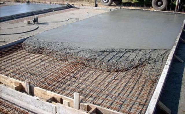 Когда речь идет о заливке большого объема раствора для фундамента, то пользоваться бетономешалкой неразумно.