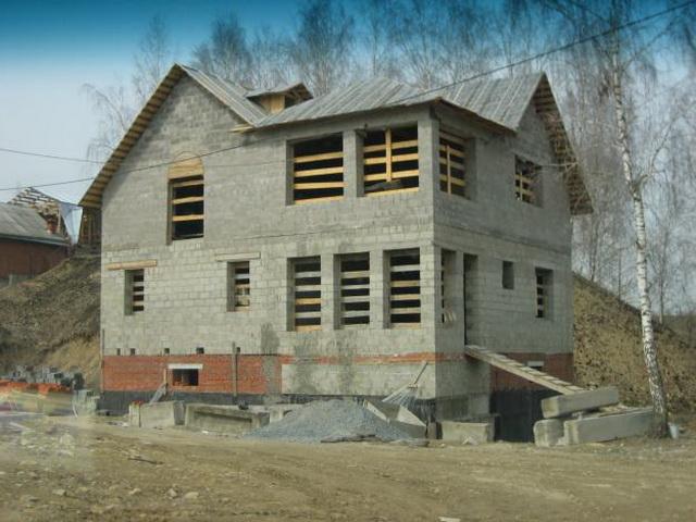 Под большой дом из КББ потребуется куда более прочный и дорогой фундамент.