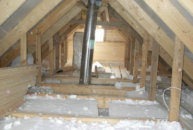 Не утепляйте чердак деревянного дома пенопластом - при возникновении пожара, потушить его вряд ли получится.