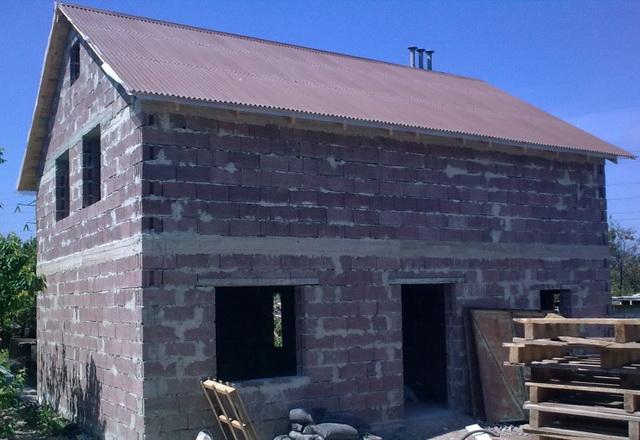 Небольшой дом из КББ можно построить на довольно легком фундаменте.