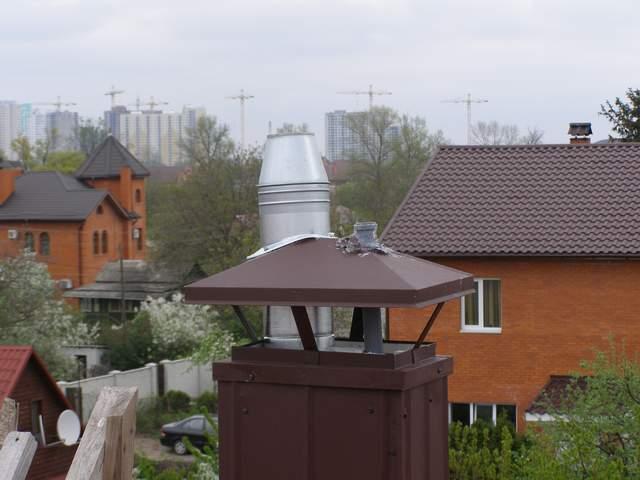 Вентиляция канализации в частном доме в виде фанового стояка выводится на самый верх кровли.