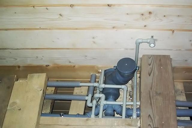 Прокладываете канализацию в частном доме - делайте правильный уклон фановых труб.