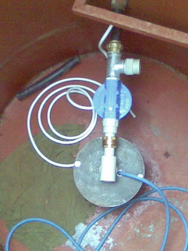 Даже в герметичный, казалось бы, кессон может попадать вода. Один из выходов - установка оголовка на скважину.