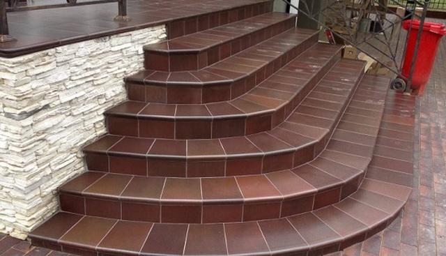 Готовые уличные ступени для крыльца - из металла, пластиковые, каменные 1