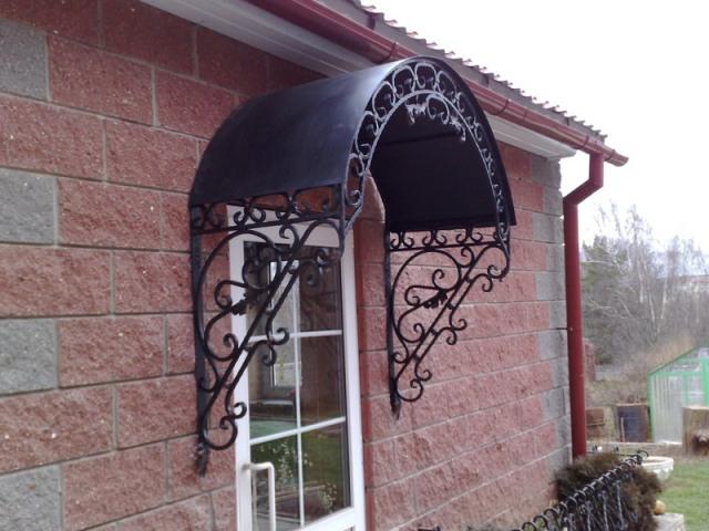 Красивые металлические козырьки над крыльцом – дизайн и фото 1