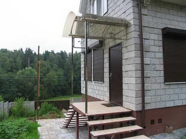 Крыльцо загородного дома с навесом - фото 1