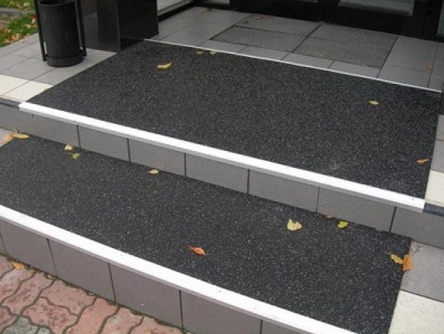 Резиновое противоскользящее покрытие на ступени крыльца дома 1