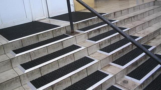 Резиновое противоскользящее покрытие на ступени крыльца дома 2