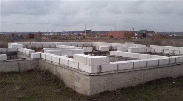Какой фундамент лучше для дома из пеноблоков в 2 этажа на разных почвах 2