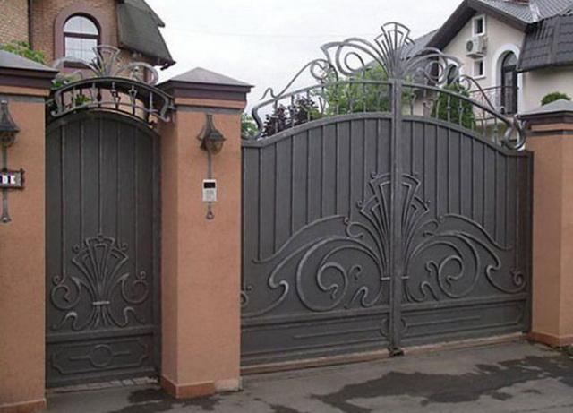 Ворота из профнастила с элементами ковки – фото и варианты 3
