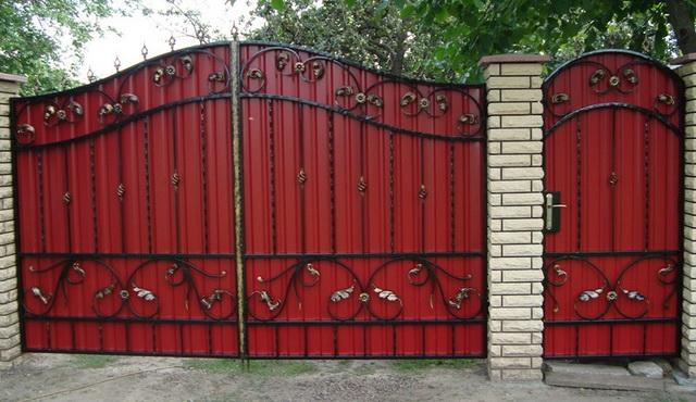 Ворота из профнастила с элементами ковки – фото и варианты 4