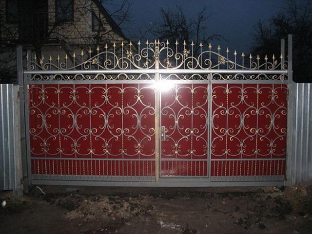 Ворота из профнастила с элементами ковки – фото и варианты 5