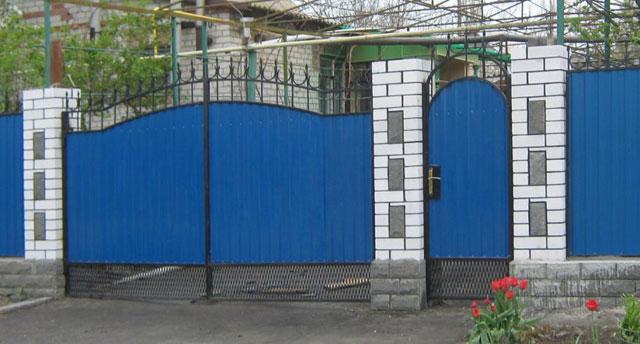 Ворота из профнастила с элементами ковки – фото и варианты 7