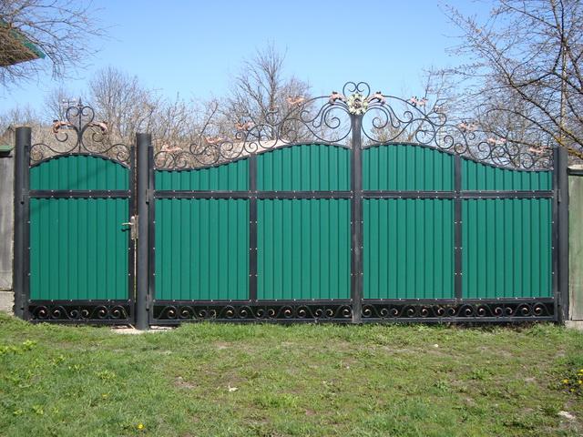 Ворота из профнастила с элементами ковки – фото и варианты 8