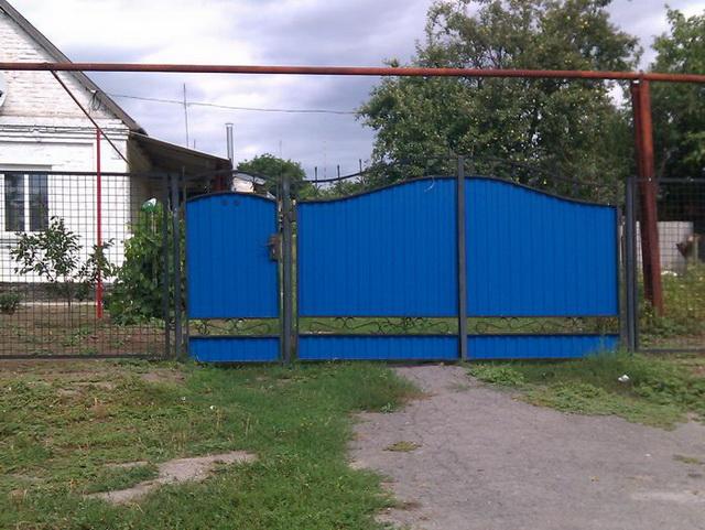 Ворота из профнастила с элементами ковки – фото и варианты 11