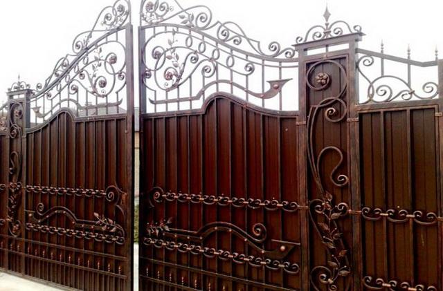 Ворота из профнастила с элементами ковки – фото и варианты 13